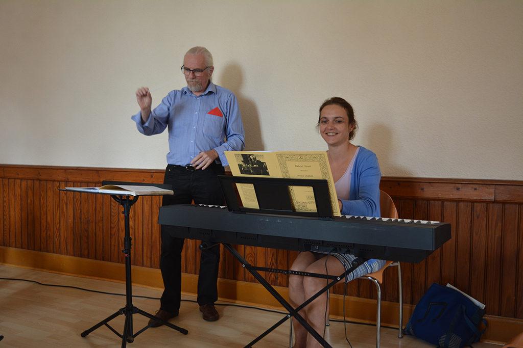 Chef de choeur et accompagnatrice au piano.