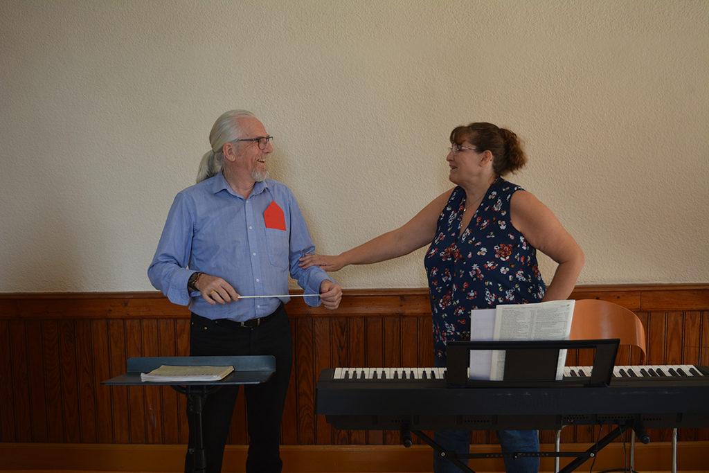 Mado prépare les voix du chœur.